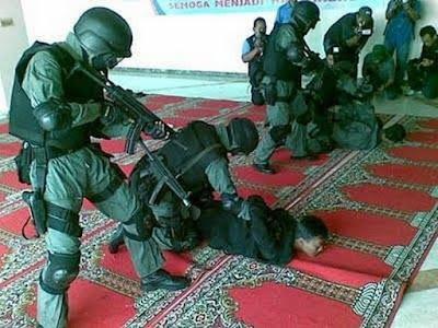 Foto Aparat Densus 88 Tidak Melepas Sepatu di Dalam Masjid
