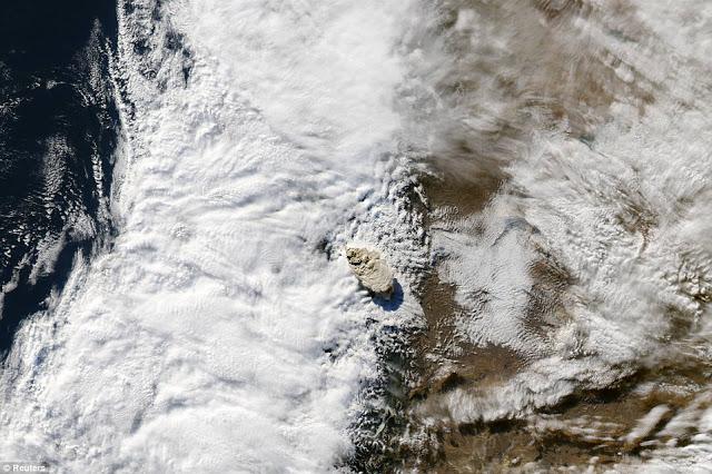 gunung berapi meletus