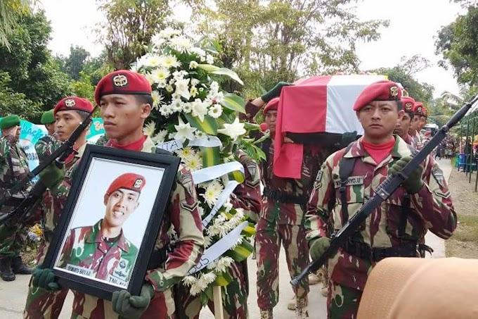 Jiwa Korsa, Prajurit Marinir Ikuti Upacara Pemakaman Sertu Anumerta Siswanto Bayu Aji