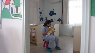 Πρόγραμμα μετακίνησης βρεφών από τα Δημόσια Μαιευτήρια και αποκατάστασής τους σε ανάδοχες οικογένειες ξεκινούν τα Παιδικά Χωριά SOS και το Κέντρο Κοινωνικής Περιφέρειας Αττικής, με την αποκλειστική δωρεά του Ιδρύματος Σταύρος Νιάρχος