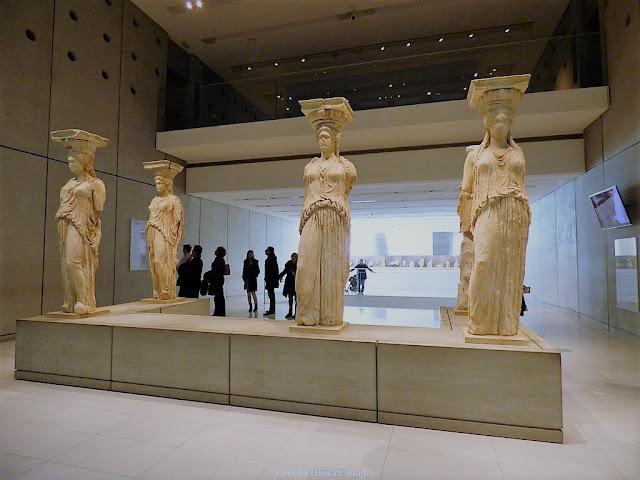 Oryginały Kariatyd posągi kobiet  w Muzeum Akropolis Ateny Grecja