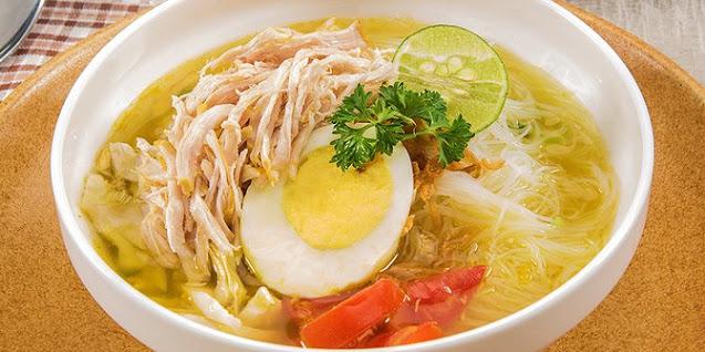 soto ayam yang enak dan lengkap dengan telur dan pelengkap