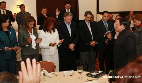 Alberto Mottesi orando por políticos hondureños