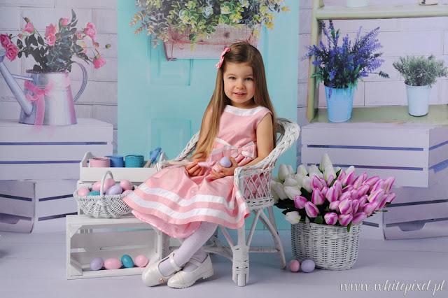 Wielkanocna mini sesja w Lublinie, dziewczynka z pisankami w pieknej sukience