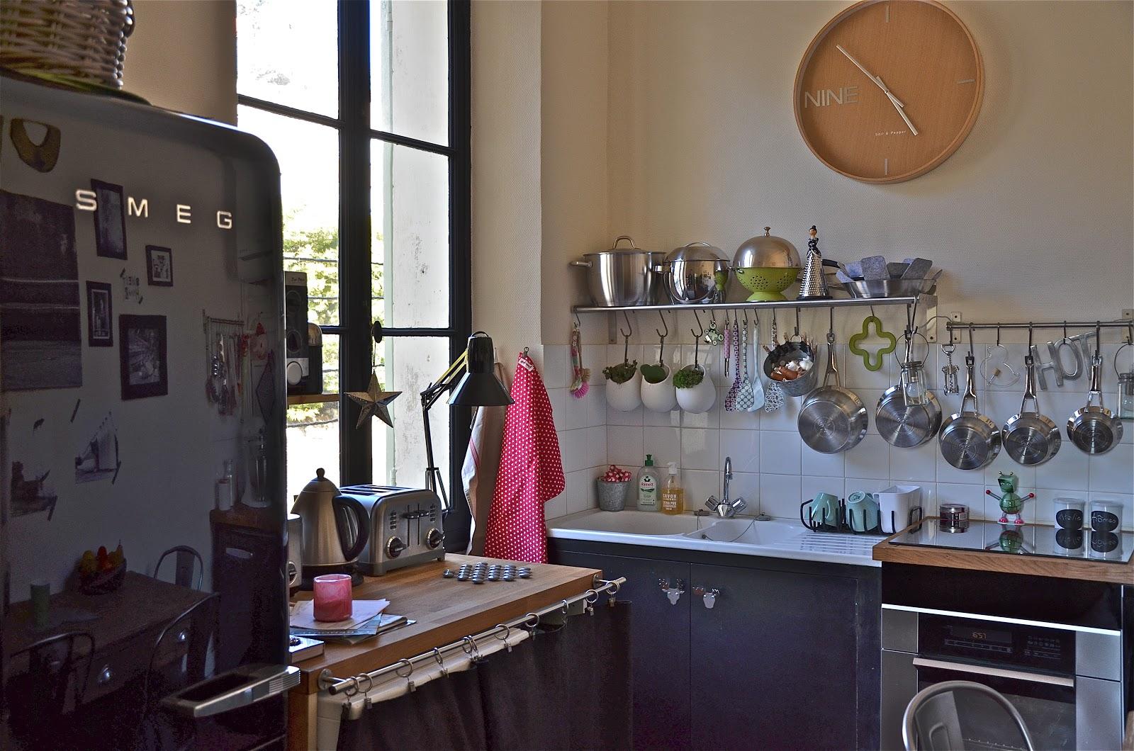 ephemere my home la cuisine un peu charg e mais c 39 est comme a que je les aime. Black Bedroom Furniture Sets. Home Design Ideas
