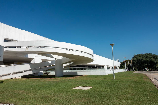 Rampa nos fundos do Museu Oscar Niemeyer