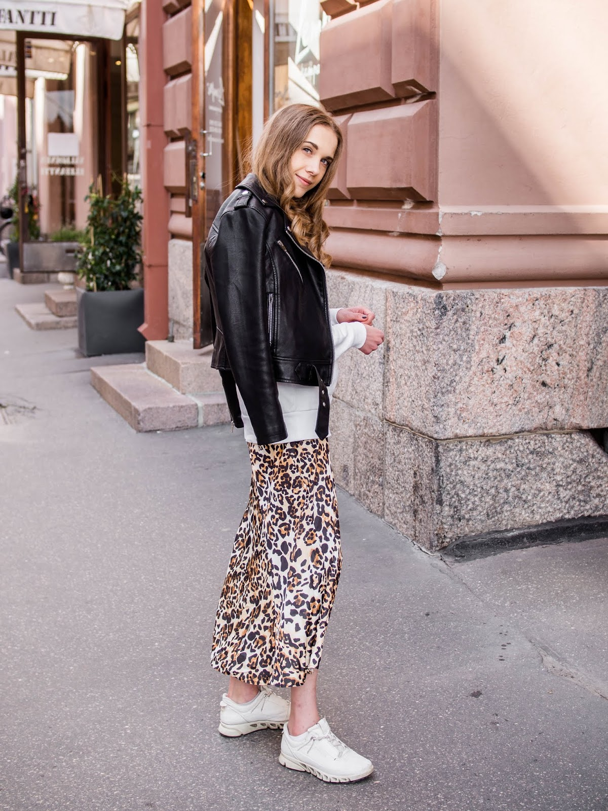 Casual and sporty outfit with leopard skirt and white hoodie - Rento ja sporttinen asu leopardihameen ja valkoisen hupparin kanssa