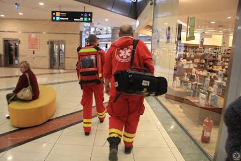 Az éppen arra sétáló mentősnek és tűzoltónak köszönheti életét a budapesti férfi