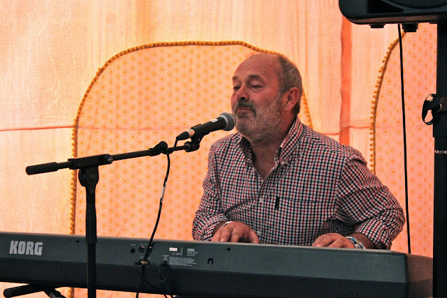 Keith Allen sings to me.