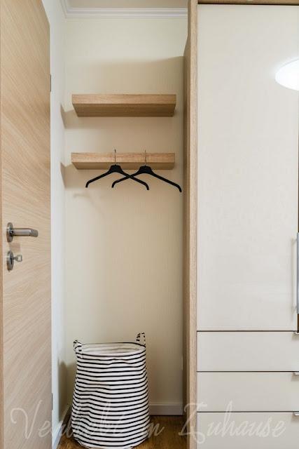 """Lieblingsecke Schlafzimmer: Statt einem """"stummen Diener"""" nutzen wir diese zwei Regalboards"""
