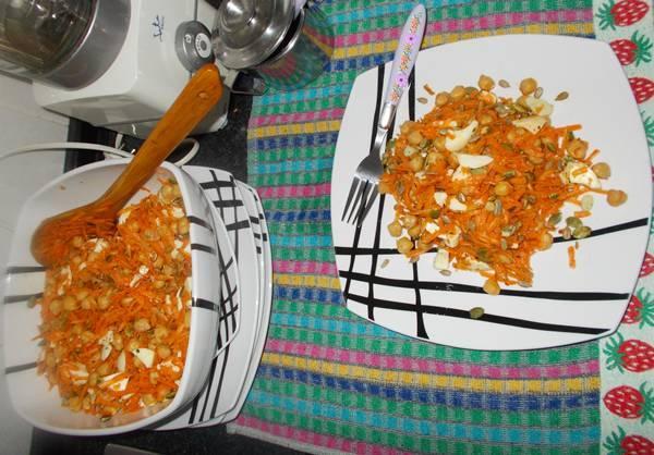 Salada completa de grão de bico com clara de ovo e cenoura