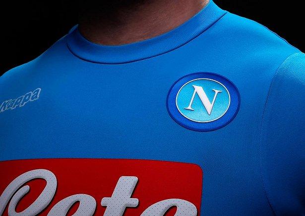 5c2e0b0070 A fabricante de material esportivo Kappa divulgou os novos uniformes que o  Napoli usará na temporada 2016 17 do Campeonato Italiano de futebol. A  camisa ...