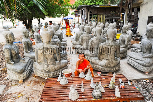 Making Buddha statues at Wat Sainyaphum in Savannakhet.