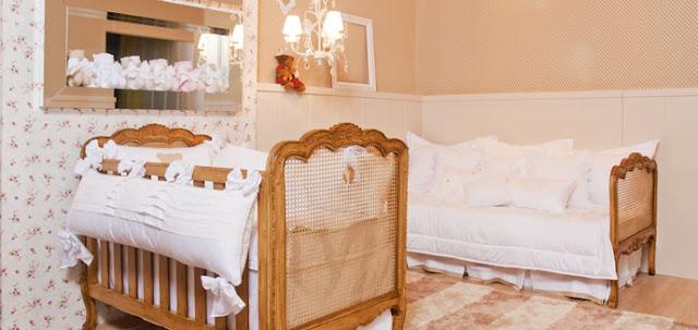 Com móveis retrô este quarto de bebê ficou um encanto com acessórios branquinhos.  O espelho bisotado trouxe um toque de modernidade ao quartinho.