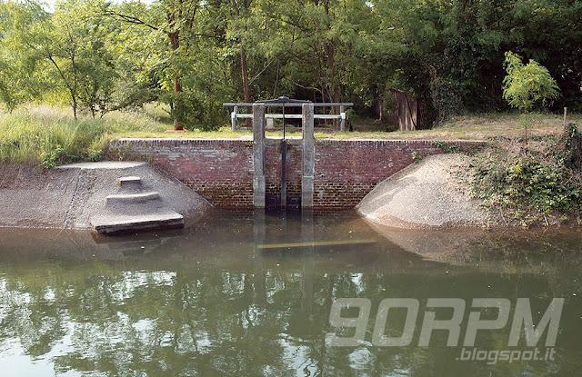Chiusa lungo il canale Villoresi.