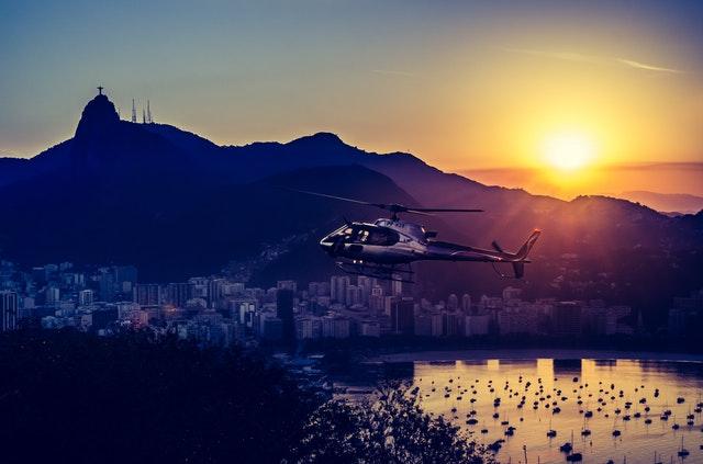 Helicóptero sobre Rio de Janeiro con el Pan de Azúcar el fondo