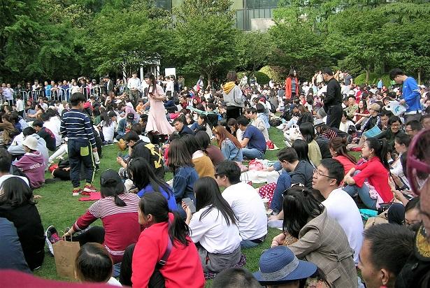 芝生に座って演奏をひたすら待つ観客1
