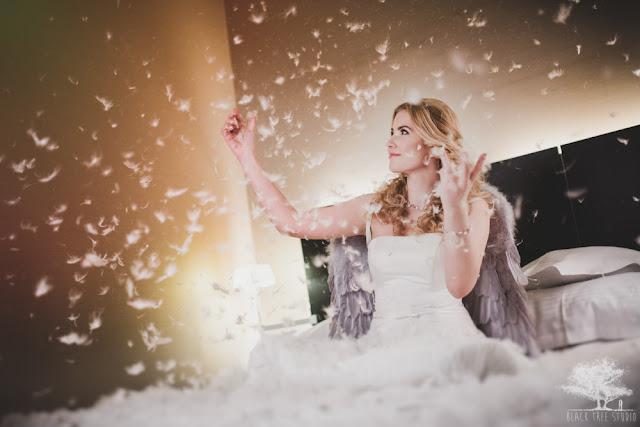 Motyw piórek na sesji ślubnej.