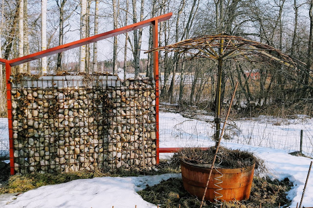 DIY wall with stones