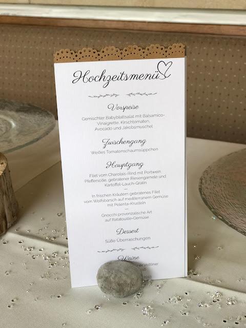 Menükarten zur Hochzeit mit Spitze, Hochzeit in Gelb, Sommer, Sonne, Natur, Sommerhochzeit am See in den Bergen, Riessersee Hotel Garmisch-Partenkirchen, Hochzeitsplanerin Uschi Glas