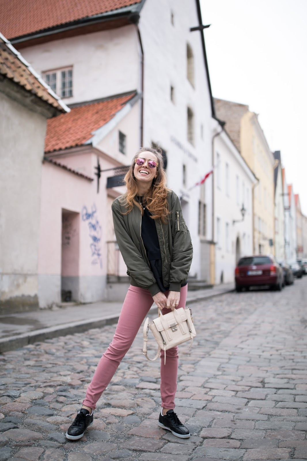 pink skinny jeans spring outfit