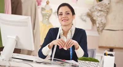 Mulher ganhando dinheiro com artesanato
