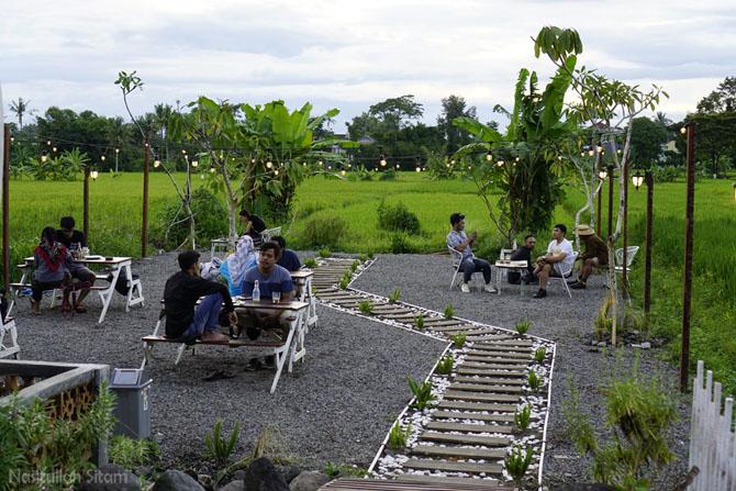 Menjelang sore, lahan terbuka di dekat sawah ramai pengunjung