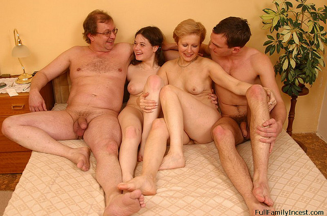 Порно с мамой папой и дочкой