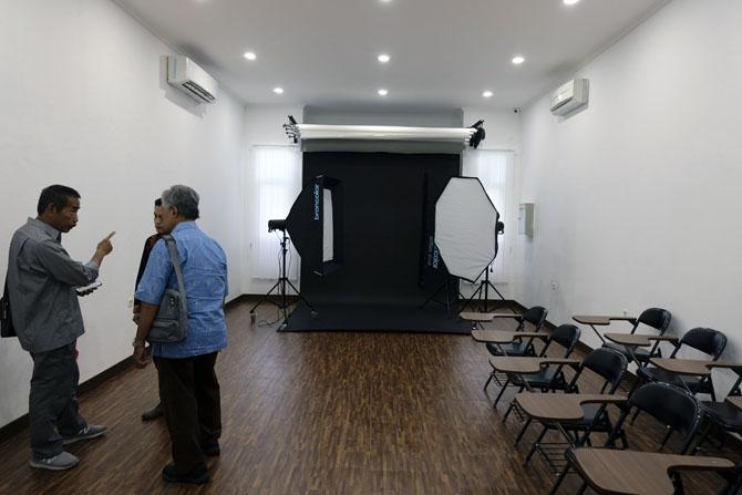 Studio foto yang dilengkapi dengan peralatan mumpuni - Dok. Ardian Kusuma