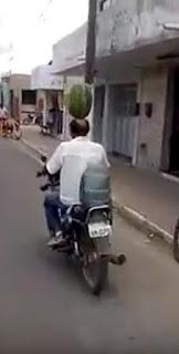 Homem anda de moto com melancia na cabeça em Nova Floresta