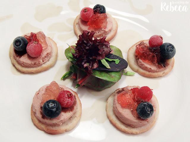 Canapés de foie con gelatina de cava y frutos rojos