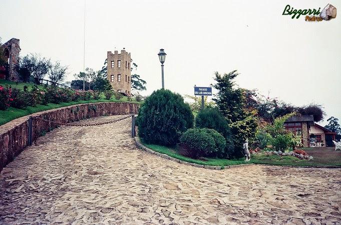 Na entrada desse sítio em Mairiporã-SP executamos o muro de pedra, o calçamento de pedra rústica, a torre de pedra e a execução do paisagismo.