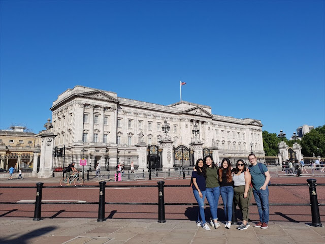 friends infront of buckingham palace