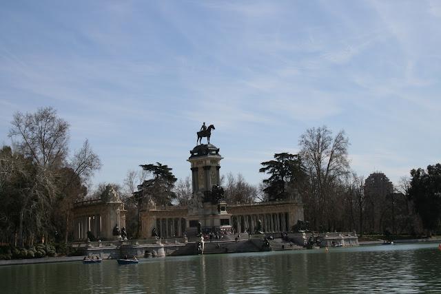 http://4.bp.blogspot.com/-0hFRYwCKetI/UJq1xq-BoBI/AAAAAAAAK7o/qxdbWGGIX0o/s1600/MADRID.EL+RETIRO.MONUMENTO+A+ALFONSO+XII.jpg