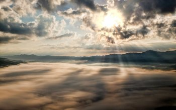 Wallpaper: Above the clouds in a mountain expedition