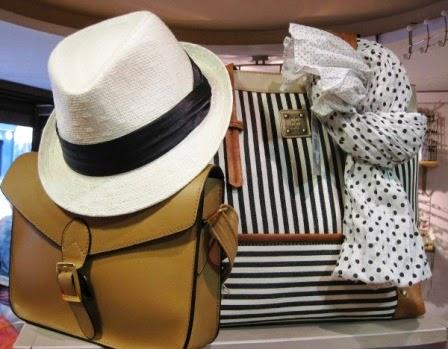 Bolsos beige y blanco de rayas, fular lunares, sombrero blanco
