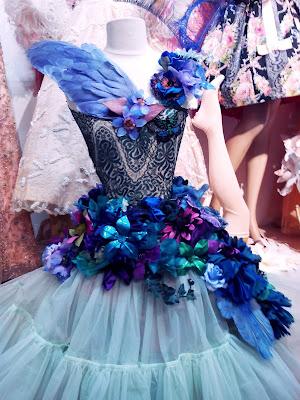 Robe réalisée en ruban et fleurs anciennes pour la boutique de Chez Sarah puce de clignancourt
