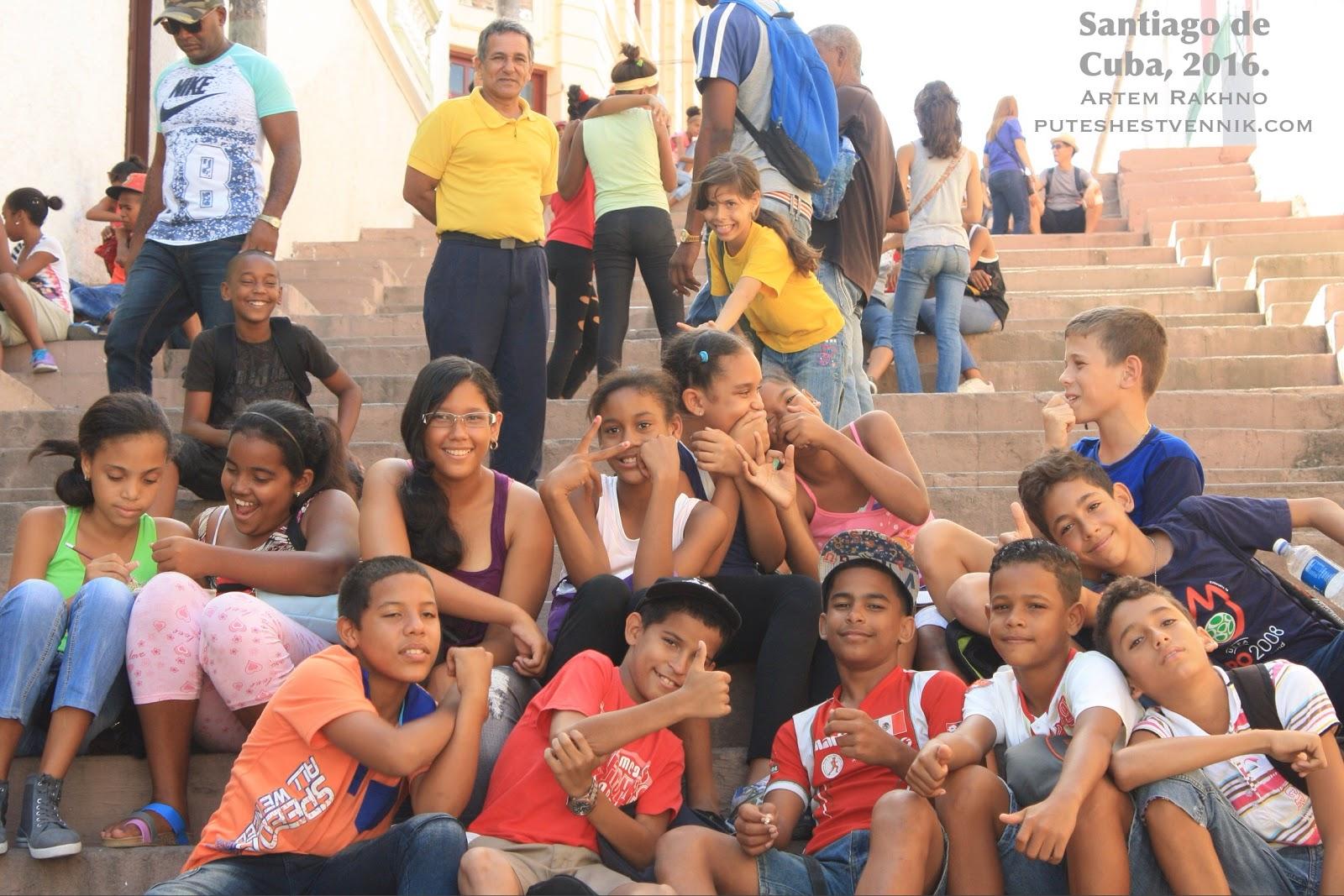 Школьники Сантьяго на лестнице