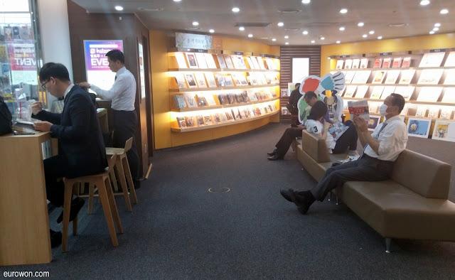 Coreanos leyendo libros en una librería de Seúl