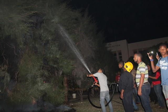 """VIDEO Aguiluchos """"quillao"""" perdió equipo prende fuego árboles frente Palacio Justicia San Juan"""
