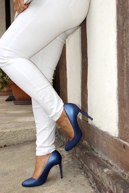 top mango, pantalon blanc naf naf, escarpins bleu sans marina les petites bulles de ma vie