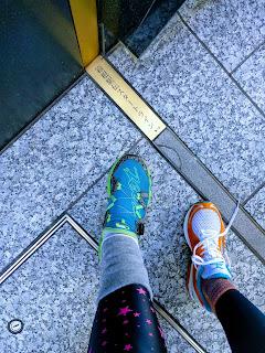 スタートラインに二人の足を添えて記念撮影