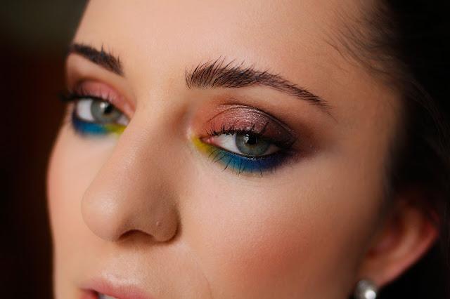 Kolorowy makijaż dla okularnic