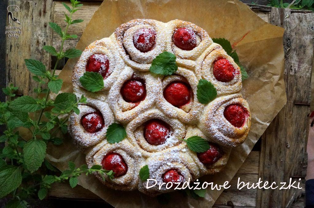 drozdzowe-ciasto-z-truskawkami-widok-z-gory