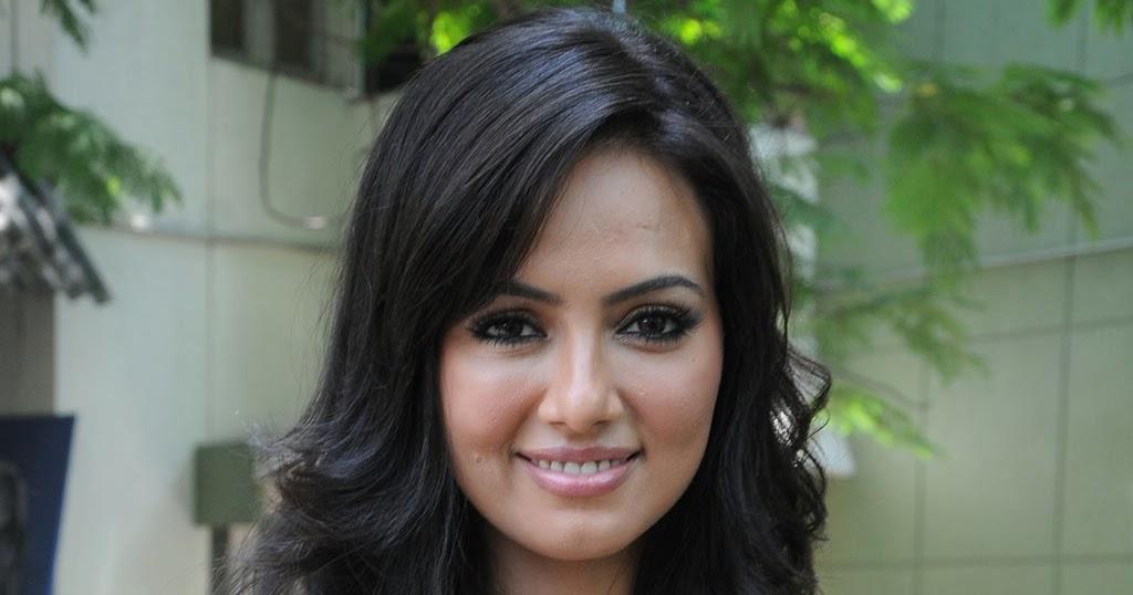 Sana Khan Navel Kiss 108
