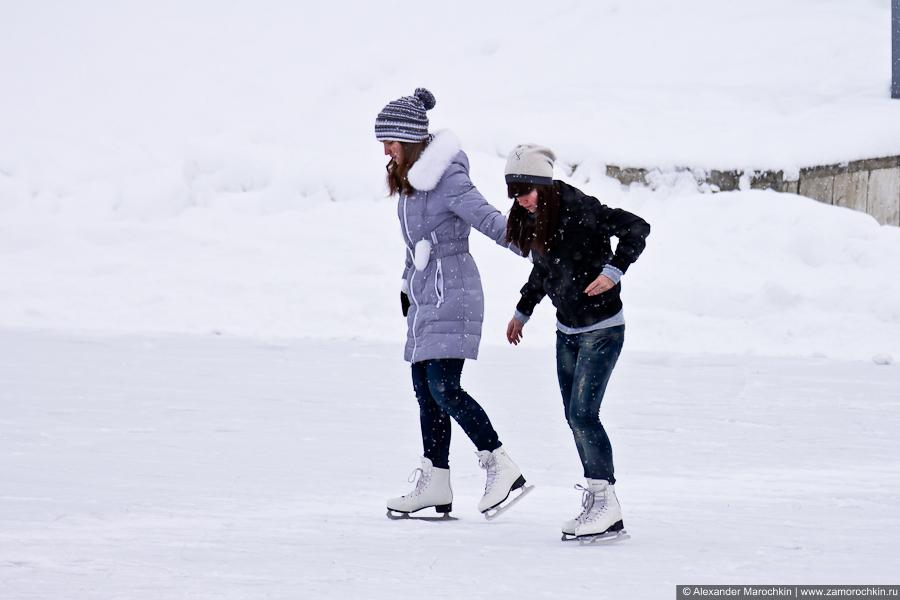Девушки катаются на коньках