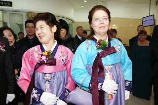 Getting married in Korea - Mothers walk down the aisle