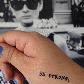 foto de un tatuaje con la frase be strong