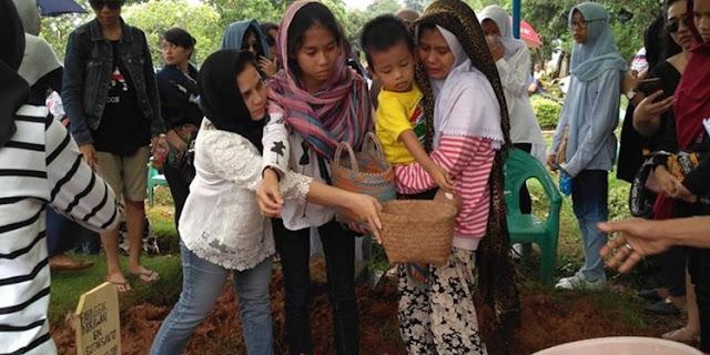 stri Indrawan, Dina Fitrianti, hadir pada pemakaman bersama empat anaknya