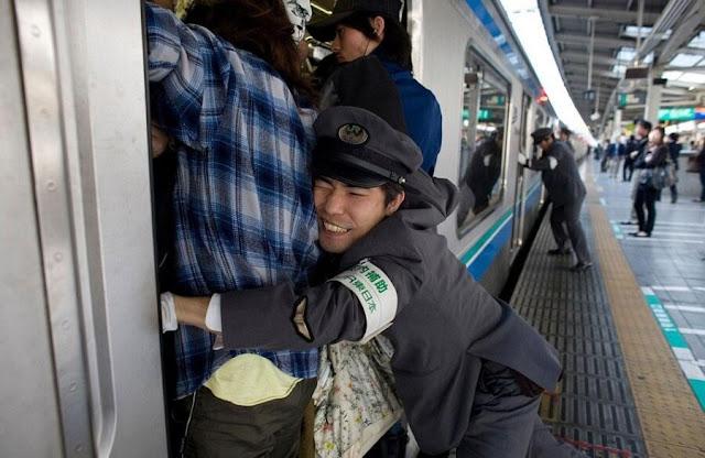 قطار الذاهبين للعمل في طوكيو، اليابان
